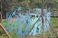 蓝色的皮影戏雕像