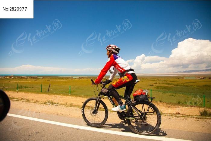 青海湖骑行者图片