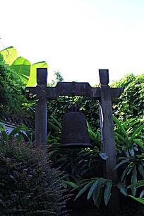 藤蔓围绕着的铁钟