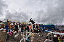 西藏米拉山口雄壮的公牛雕塑