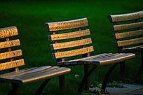 夕阳斜照在公园椅子上 金灿灿的
