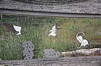 园林墙壁上的白鹤图案