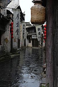 宏村下雨天的老街道