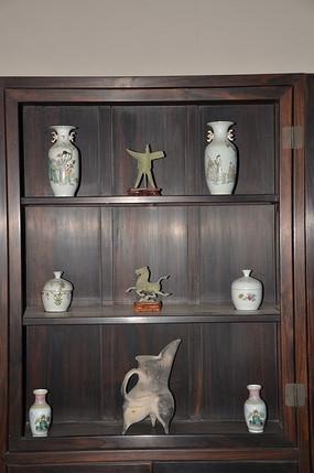 潍坊十笏园博物馆里博古架上的瓷器