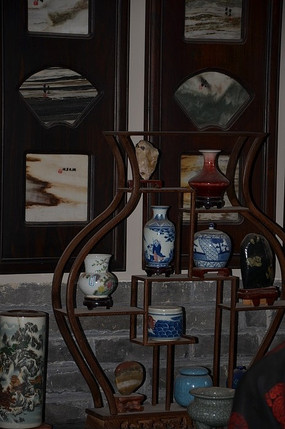潍坊十笏园博物馆里的博古架和瓷器