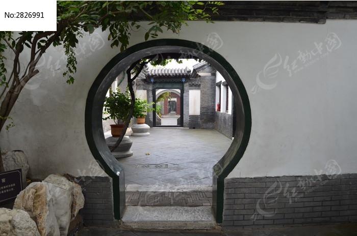 潍坊十笏园里的圆形拱门建筑图片