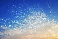 鱼鳞形的白云