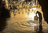 湖边晚霞下的清洗者