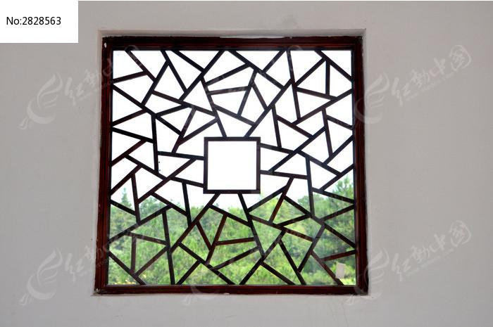 木质正方形窗户