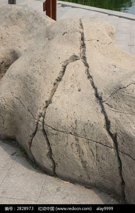 人字形的石头裂纹