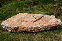 有两根木棍的平坦石头顶部