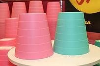粉色和蓝色的垃圾桶