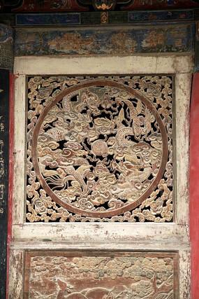 伏羲庙正殿木门上的龙纹祥云图案雕刻图片