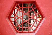 红墙上六边形木刻窗花