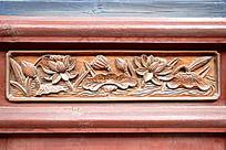 木门面上雕刻的荷花图案