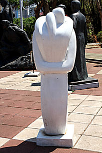 情侣拥抱的雕刻