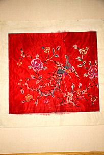 一块绣有吉祥凤凰花纹图案的红绸缎