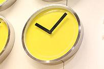 只有分钟时钟的黄色挂钟