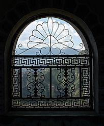 佛塔的拱形花窗
