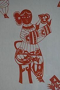 潍坊博物馆馆藏剪纸作品之翘腿女人