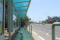 正在公交车站牌上等车的人们