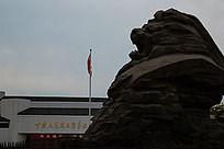 抗战纪念馆前的雄狮雕像