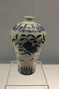 青花茶花图案瓷瓶