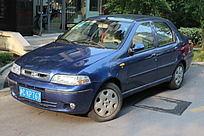 深蓝色小轿车