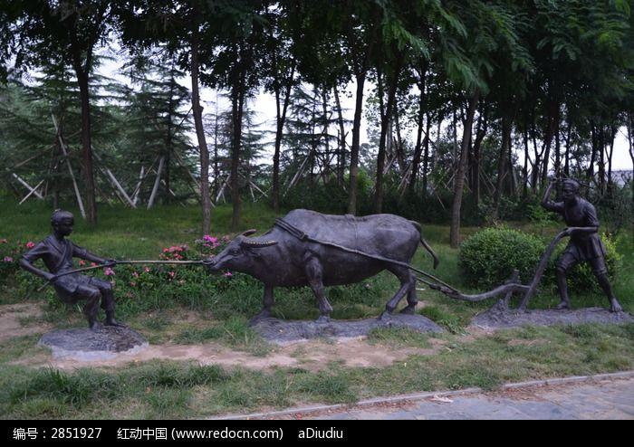 寿光农圣公园里的耕牛犁地雕塑