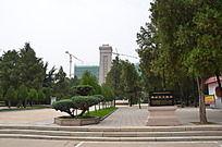潍坊烈士陵园里的英雄纪念碑