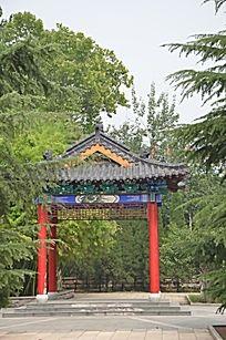 潍坊烈士陵园里树林中的凉亭
