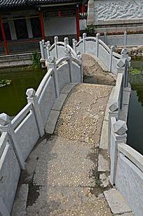 潍坊烈士陵园前的石拱桥