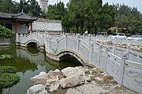 潍坊烈士陵园前的石拱桥与水池