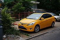 一辆漂亮的黄色现代汽车