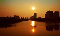 黄昏日落下的城市建筑群