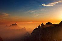 黄山狮林峰晨曦中飘着一丝丝淡淡的云