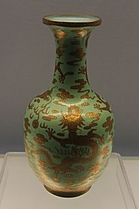 青釉鎏金龙图案瓷瓶