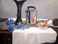 水粉画白色衬布上散落的蓝色花朵与立着的深色花瓶
