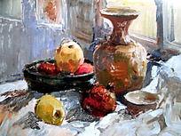 水粉画窗前白色衬布上的花瓶与水果