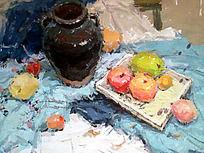水粉画蓝色衬布上的黑色坛子与水果