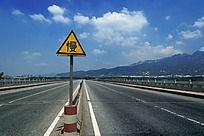 蓝天白云下的跨河大桥