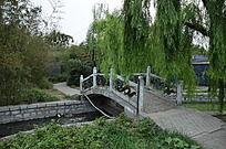 下载《寿光仓圣公园里垂柳下的石桥》