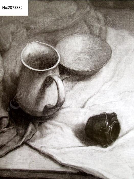 素描白衬布上的瓷器