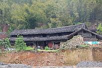 一栋破败的老房子