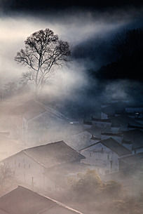 晨雾里的徽派民居