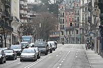 德国街头等待绿灯的车辆