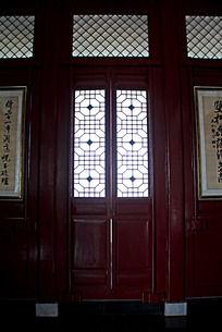 邓宝珊纪念馆里的红色门窗上镂空的中式窗花图案图片