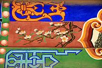 古建筑上彩绘的桃花和传统花纹图案图片