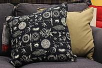 黑色枝叶纹样抱枕
