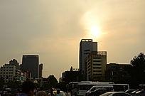 黄昏中的城市街景